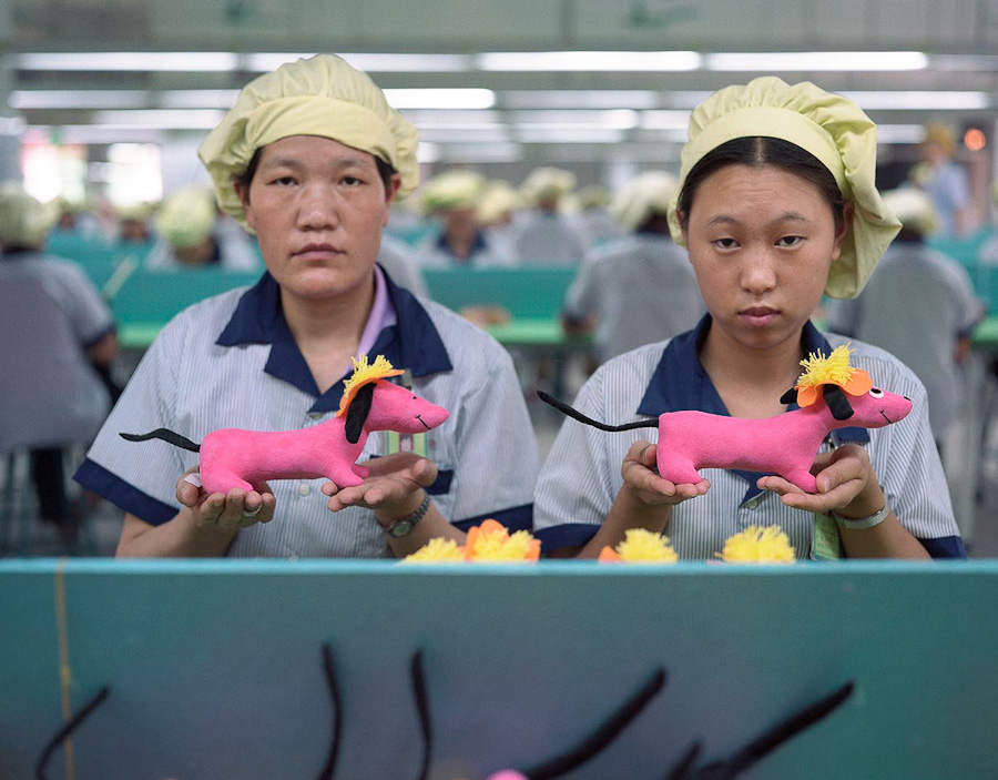 A-gallery-showing-Chinese-factory-workers-and-the-toys-they-make (1)